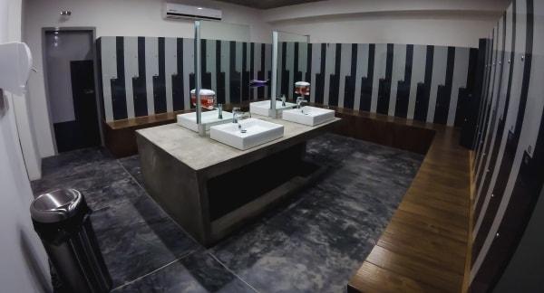 Lockers, baños, regaderas, vapor y sauna.